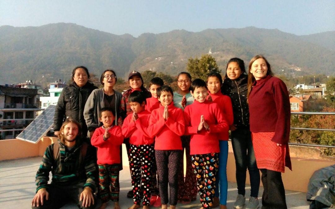 """Libros, dibujos, y mensajes de los niños del proyecto """"Pajarita Cuéntame"""" llegan a Katmandú"""