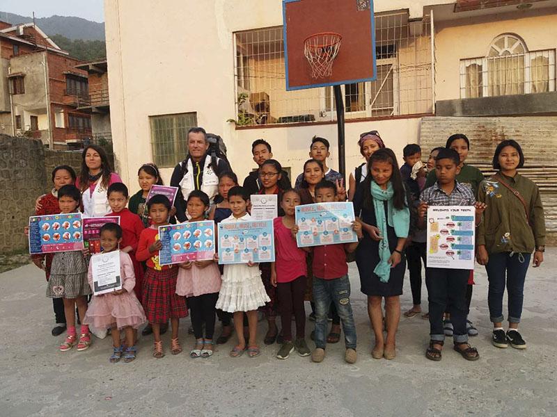 Nuestros niños reciben la visita de médicos españoles