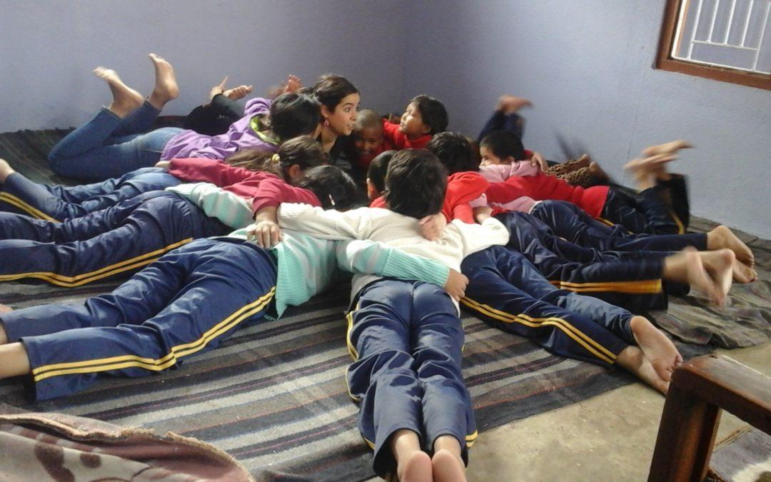 Nuestras niñas aprenden las posturas básicas del yoga y la danza